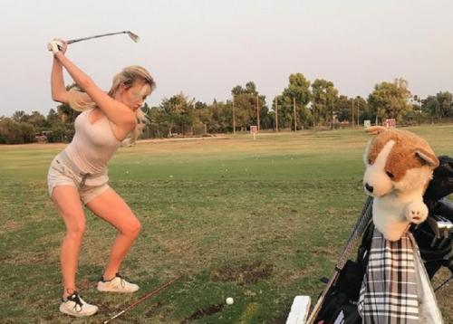 Paige Spiranac mengayunkan stik golf (Foto: Instagram/@_paige.renee)