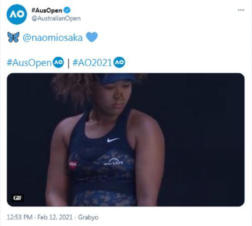 Seekor kupu-kupu hinggap di tubuh Naomi Osaka