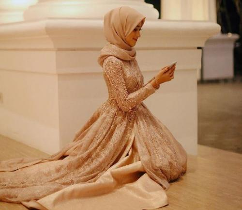 Selebgram Shirin Al Athrus pakai gamis brokat. (Foto: Instagram @shireenz)