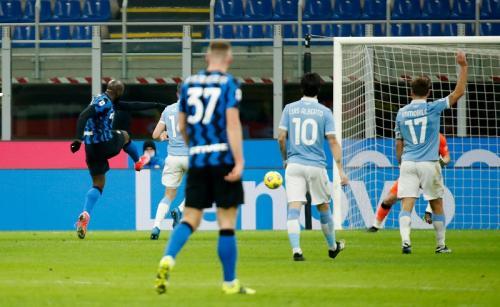 Romelu Lukaku cetak gol kedua (Foto: Reuters/Alessandro Garofalo)