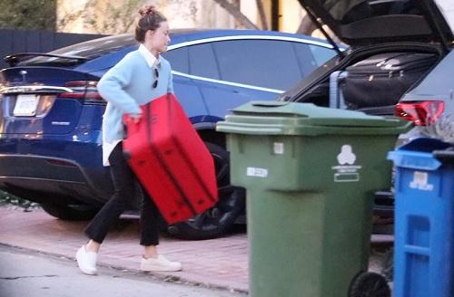 Olivia Wilde memindahkan barang-barangnya ke rumah Harry Styles di Hollywood Hills, Los Angeles, pada 14 Februari 2021. (Foto: MEGA)