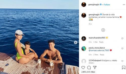 Cristiano Ronaldo dan Georgina Rodriguez bersama anak (Foto: Instagram/@georginagio)