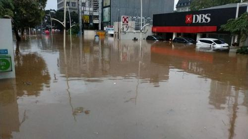 Sejumlah mobil tenggelam akibat banjir di Kemang Jaksel (Foto : Istimewa)