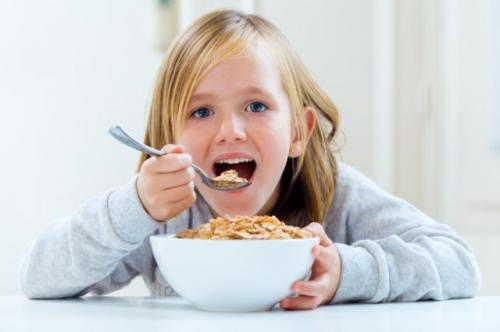 Anak makan camilan baik. (Foto: Nensuria/Freepik)