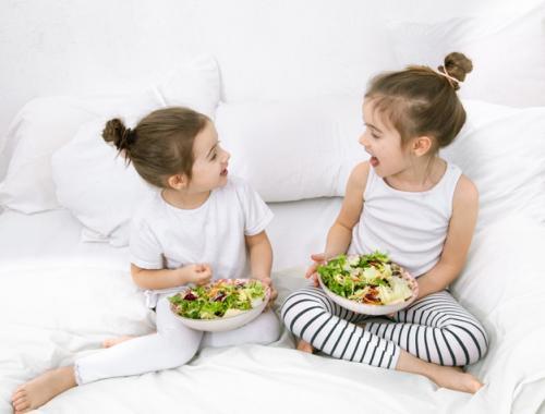 Anak makan sayuran. (Foto: Pvproductions/Freepik)