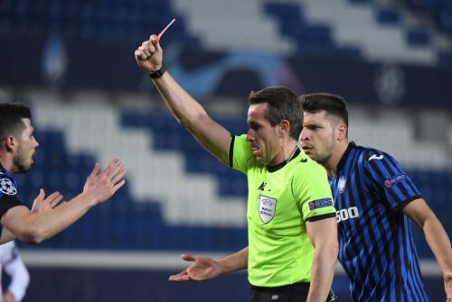 Momen kartu merah Freuller di laga Atalanta vs Madrid