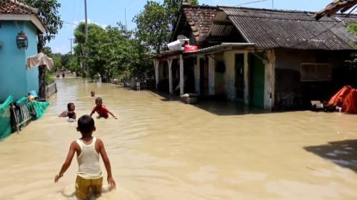 Tanggul Sungai Cipanas, Indramayu, jebol berakibat 5 desa terendam hingga 1 meter (Foto : iNews)