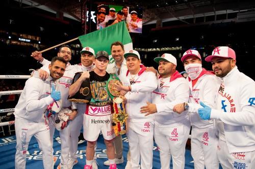 Canelo Alvarez merayakan kemenangan (Foto: Twitter/@Canelo)