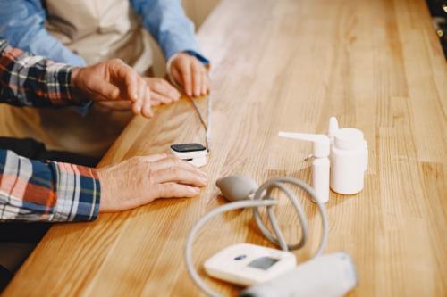 Alat pengukur tekanan darah atau tensimeter. (Foto: Prostooleh/Freepik)