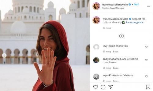 Francesca Sofia Novello kunjungi masjid