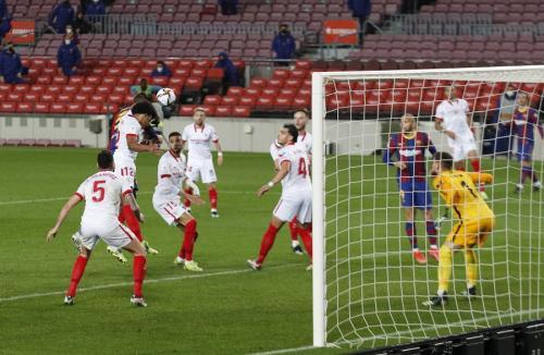 Gerard Pique vs Sevilla (Foto: Reuters)