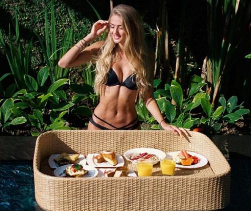 Alica Schmidt menikmati sarapan (Foto: IG/@alicasmd)