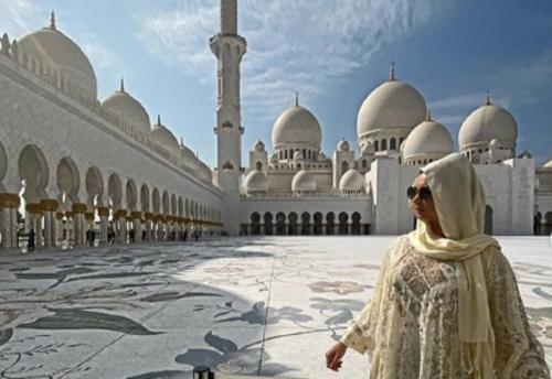 Tatyana Demyanova mengunjungi Masjid Agung Syekh Zayed (Foto: IG/@tatarka5)