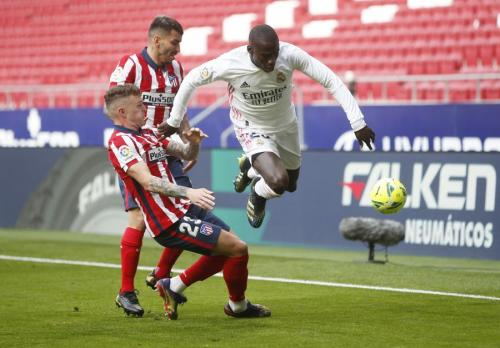 Ferland Mendy vs Atletico (Foto: Reuters)