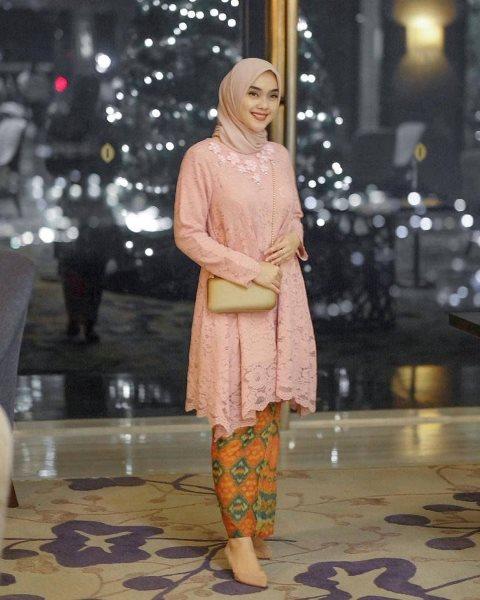 Model gaun pesta batik. (Foto: Instagram @kebayaindokece)