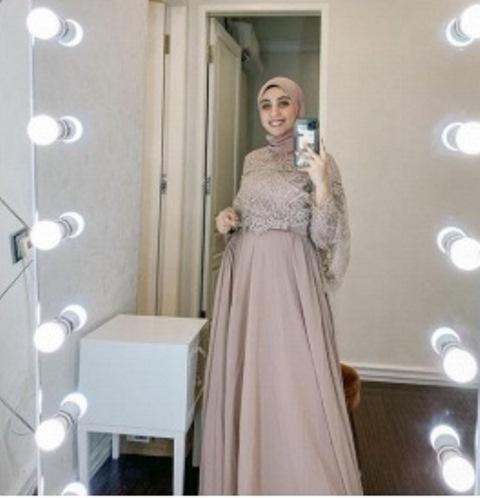 Model gaun pesta Muslimah. (Foto: Instagram @vickyalaydrus)
