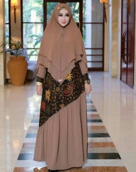Model gaun pesta batik. (Foto: @yulichristaria)
