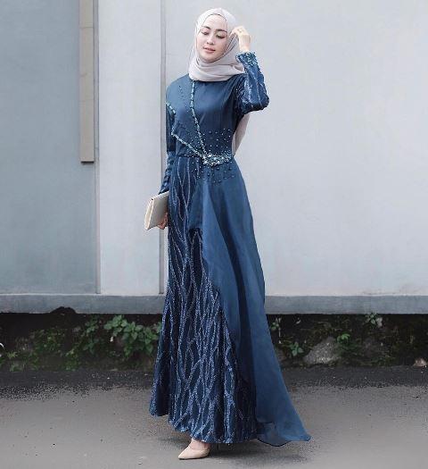 Model gaun pesta Muslimah. (Foto: Instagram @sittiashari)