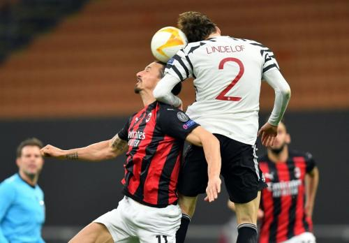 Victor Lindelof berebut bola di udara (Foto: Reuters/Fabrizio Carabelli)