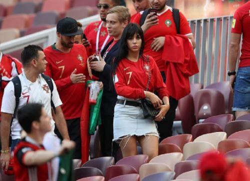 Georgina Rodriguez pakai jersey Portugal (Foto: IG/@georginagio)