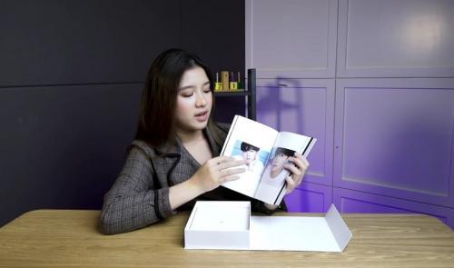 Tiara Andini unboxing album BTS. (Foto: YouTube/Tiara Andini)