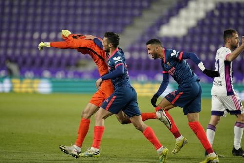 Kiper Yassine Bounou melepas jersey (Foto: Twitter/@SevillaFC)