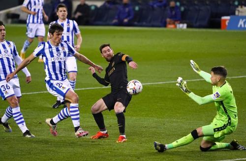 Lionel Messi mencetak gol (Foto: Reuters/Vincent West)