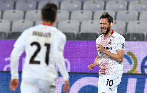 Hakan Calhanoglu vs Fiorentina (Foto: Reuters)