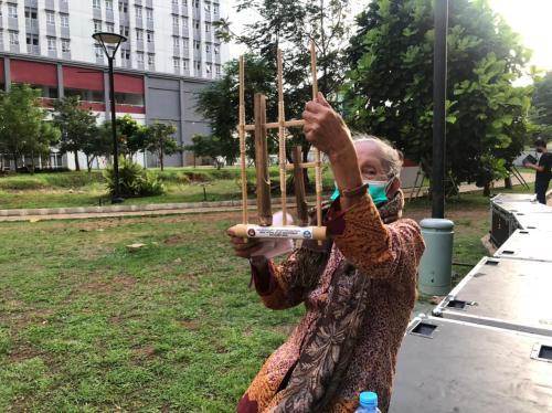 Nenek Main Angklung