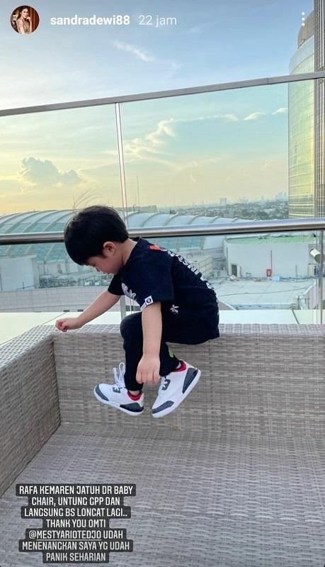 Anak Sandra Dewi terjatuh. (Foto: Instagram/@sandradewi88)