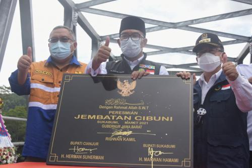 Gubernur Jabar Ridwan Kamil saat meresmikan Jembatan Cibuni (Ist)