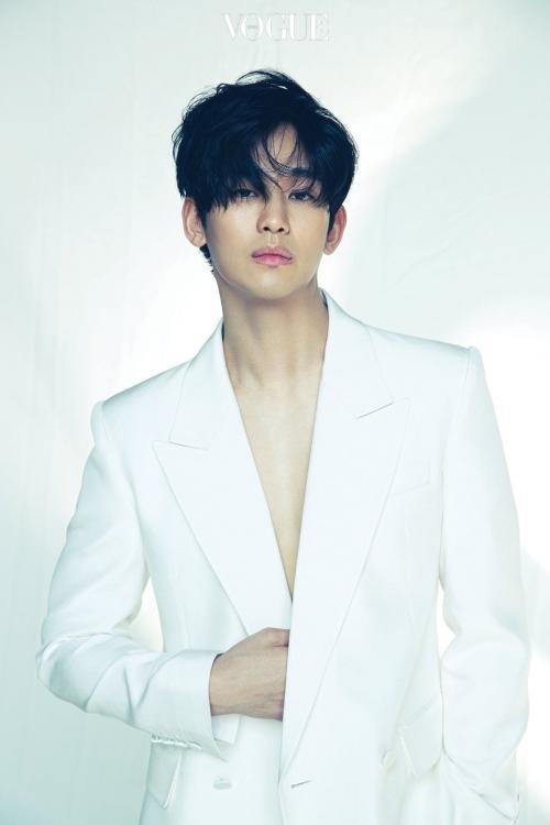 Kim Soo Hyun menempati daftar aktor Korea termahal dengan honor menembus Rp8,6 miliar. (Foto: VOGUE)