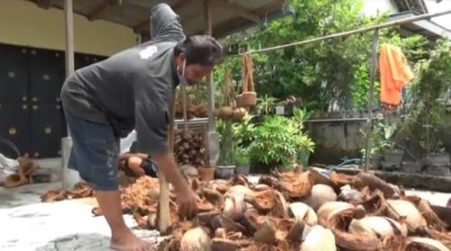 Penyandang disabilitas di Jombang bikin kerajinan keren dari sabut kelapa. (Foto: Mukhtar Bagus/MNC Media)