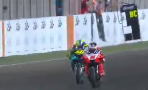Johann Zarco melewati Valentino Rossi dengan mudah (Foto: Twitter/@MotoGP)