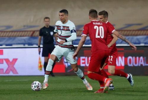 Cristiano Ronaldo vs Serbia (Foto: Reuters)