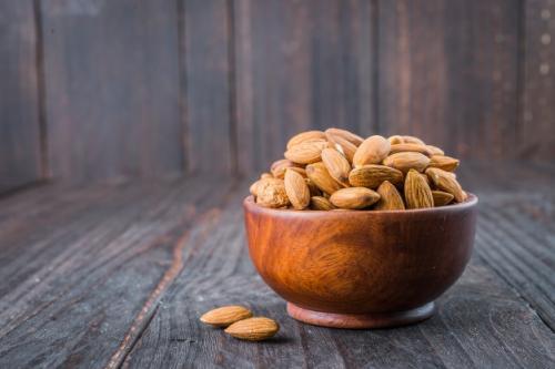Kacang almond. (Foto: Mrsiraphol/Freepik)