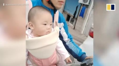 Viral kurir bawa bayinya saat bekerja. (Foto: Tangkapan layar video SCMP)