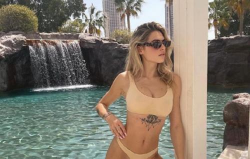 Marta Vincenzi memakai bikini di pinggir kolam (Foto: Instagram/@martavincenzi)
