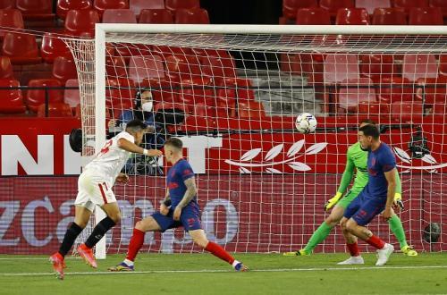 Sundulan Marcos Acuna menjadi gol kemenangan (Foto: Reuters/Marcelo Del Pozo)