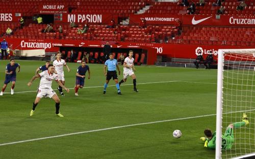 Jan Oblak gagalkan penalti Lucas Ocampos (Foto: Reuters/Marcelo Del Pozo)