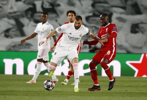 Karim Benzema vs Naby Keita (Foto: Reuters)