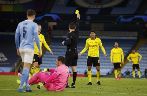 Jude Bellingham dikartu kuning (Foto: Reuters/Phil Noble)