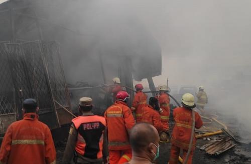 Petugas memadamkan kebakaran di Tanah Abang (refi sandi)