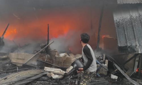 Warga membantu memadamkan api (refi sandi)