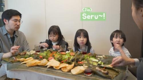 Kimbab Family makan nasi liwet. (Foto: Tangkapan layar YouTube Kimbab Family)