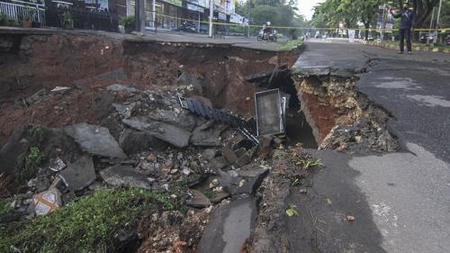 Jalan amblas di Depok (Foto : Antara)