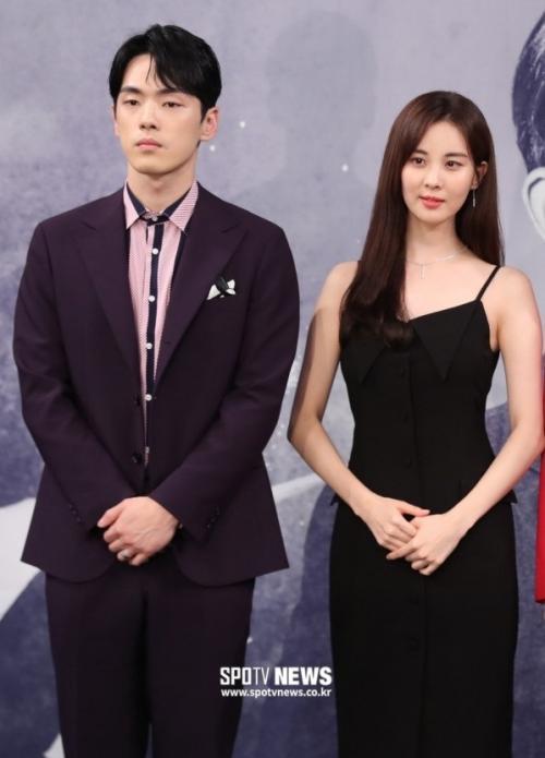 Kim Jung Hyun dan Seohyun saat konferensi pers Time