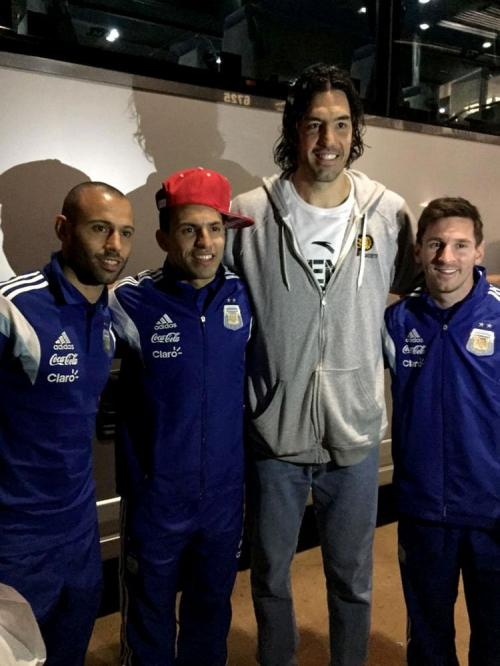Javier Macherano, Sergio Aguero, Luis Scola, dan Lionel Messi (Foto: NBA)