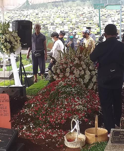 Pemakaman mertua Dian Sastro. (Foto: MNC Portal Media)