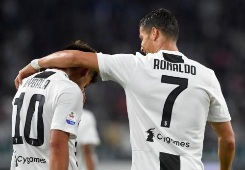 Paulo Dybala dan Cristiano Ronaldo (Foto: Reuters)